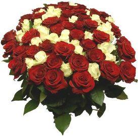 Корзина красных и белых роз