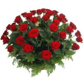 Траурная корзина 75 красных роз