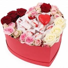 Վարդերով և Ռաֆֆաելոներով սրտաձև տուփ