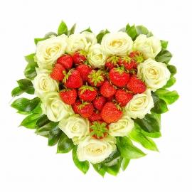Сердцеобразная композиция «Любитель клубники»