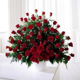 Траурная корзина 150 красных роз